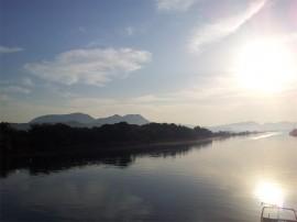 日の出と川